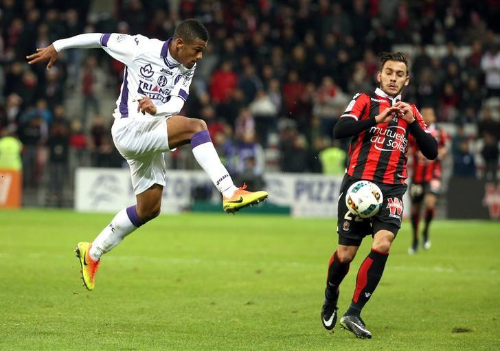 Football Soccer - Nice v Toulouse - French Ligue 1 - Allianz Riviera stadium, 4/12/16. Toulouse's Kelvin Amian Adou (L)  challenges Nice's Anastasios Donis.         REUTERS/Eric Gaillard