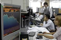 Трейдеры Альфабанка работают на бирже. Российские фондовые индексы возобновили штурм новых пиковых значений на дневных торгах понедельника вслед за ростом фьючерсов на нефть Brent, которые превысили отметку $55 за баррель впервые за шестнадцать месяцев.   REUTERS/Denis Sinyakov  (RUSSIA)