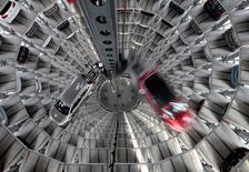 """En la imagen, los nuevos modelos Golf Cabriolet y Passat en una """"torre de coches"""" en una planta de Volkswagen en Wolfsburgo, el 9 de marzo de 2011. La actividad de negocios de la zona euro creció en noviembre a su mayor ritmo del 2016, mientras que las empresas subieron los precios más rápido que en ningún otro mes en cinco años, mostró el lunes un sondeo.  REUTERS/Christian Charisius/File Photo"""