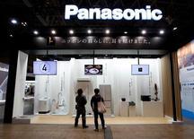 Le groupe japonais Panasonic négocie le rachat de l'équipementier automobile autrichien ZKW Group pour se renforcer dans l'électronique embarquée. /Photo d'archives/REUTERS/Yuya Shino