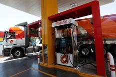 Una gasolinera de Oxxo Gas en San Pedro Garza García, México, jul 6, 2016. La inflación interanual de México se habría acelerado hasta noviembre a su mayor nivel en casi dos años debido a incrementos en precios de mercancías, gasolinas, tarifas de electricidad y algunos productos agrícolas, según un sondeo de Reuters. REUTERS/Daniel Becerril
