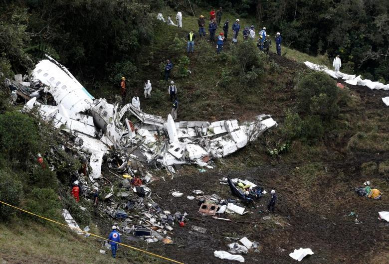 Rescue crew work at the wreckage of a plane that crashed into the Colombian jungle with Brazilian soccer team Chapecoense onboard near Medellin, Colombia, November 29, 2016.   REUTERS/Jaime Saldarriaga