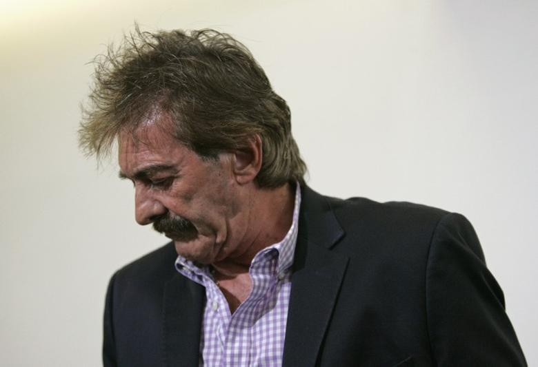 Former Mexico coach Ricardo La Volpe walks away after addressing the media in Zapopan May 1, 2014. Argentine La Volpe was sacked as manager of Guadalajara on Wednesday following allegations he acted inappropriately towards a female staff member, the club's president said.   REUTERS/Alejandro Acosta