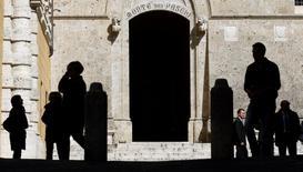 Italia no está preparando una solicitud de rescate al Mecanismo Europeo de Estabilidad (MEDE) para buscar apoyo para su sector bancario, dijo un portavoz del Tesoro el miércoles, negando una información de prensa.   En esta imagen de archivo, la entrada principal de la sede del banco Monte dei Paschi en Siena, el 13 de marzo de 2012. REUTERS/Max Rossi/File photo