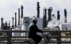 En la imagen, un trabajador va en bici cerca de una fábrica en Kawasaki, Japón, el 17 de febrero de 2016. La confianza de los fabricantes japoneses subió por cuarto mes consecutivo en diciembre y tocó un máximo en 16 meses, reveló un sondeo de Reuters, luego de que un yen más débil mejoró las perspectivas de los exportadores. REUTERS/Toru Hanai/File