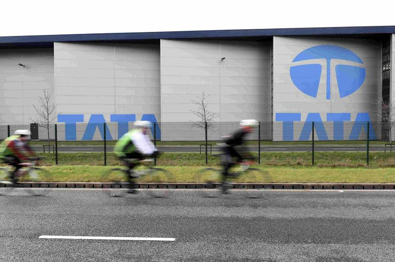 Cyclists ride past the Tata steelworks in the town of Port Talbot, Wales, Britain March 30, 2016. REUTERS/Rebecca Naden/File Photo