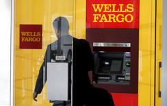 A man walks by a bank machine at the Wells Fargo & Co. bank in downtown Denver, Colorado, U.S. April 13, 2016.   REUTERS/Rick Wilking/File Photo - RTSSNGX