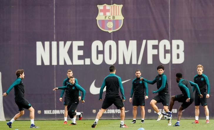 Football Soccer - Barcelona training session - UEFA Champions League - Joan Gamper training camp, Barcelona, Spain - 5/12/2016 - Barcelona's players attend a training session before the match against Borussia Moenchengladbach. REUTERS/ Albert Gea