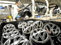 Emblems of VW Golf VII car are pictured in a production line at the plant of German carmaker La Unión Europea abrió el jueves un procedimiento legal contra siete países, incluidos España y Alemania, por su fracaso en el control de las infracciones de emisiones de los fabricantes de vehículos tras el escándalo Volkswagen.   En la imagen, logos de Volkswagen en una fábrica de  Wolfsburgo el 25 de febrero de 2013. REUTERS/Fabian Bimmer/File Photo