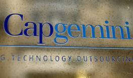 Capgemini, à suivre jeudi à la Bourse de Paris à mi-séance, figure parmi les plus fortes progressions du CAC 40 (+1,5% à 76,56 euros) après l'annonce d'une augmentation de 500 millions d'euros de son programme pluriannuel de rachat d'actions. /Photo d'archives/REUTERS/Charles Platiau