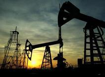 Станки-качалки на нефтяном месторождении в Баку. 16 октября 2005 года. Историческая сделка ОПЕК о сокращении нефтедобычи может оказаться эффективной для снижения глобальных запасов, но аналитики не слишком надеются на значительный рост цен на чёрное золото, показал опрос Рейтер в четверг. REUTERS/David Mdzinarishvili