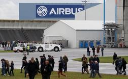 L'usine d'Airbus à Colomiers, près de Toulouse. Airbus Group a annoncé jeudi la commande de 16 C295W par l'aviation royale canadienne pour des missions de recherche et de sauvetage. /Photo prise le 24 novembre 2016/REUTERS/Regis Duvignau