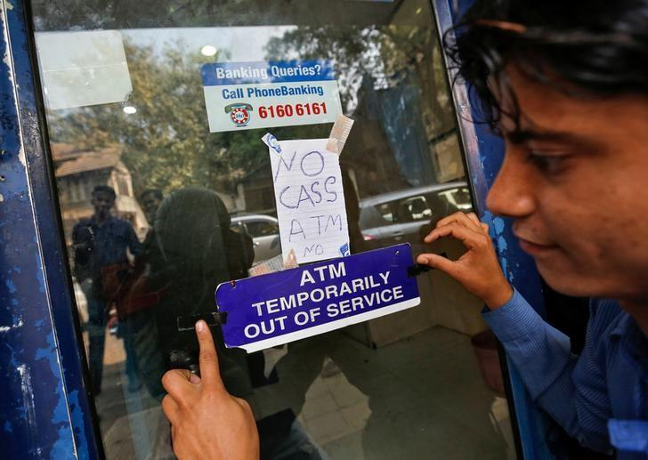 A security guard puts a notice outside an ATM in Mumbai, India, November 30, 2016. REUTERS/Danish Siddiqui