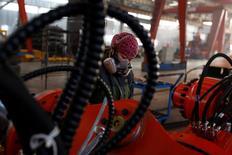 En la imagen, una mujer trabaja en la fábrica de Tianye Tolian Heavy Industry Co. en Qinhuangdao, China, el 2 de diciembre de 2016. Los precios a la producción de China crecieron en noviembre a su ritmo más acelerado en más de cinco años tras un repunte en los valores del carbón, el acero y otros materiales de construcción, lo que aumentó las ganancias industriales y brindó a las empresas más dinero en efectivo para pagar sus deudas.  REUTERS/Thomas Peter