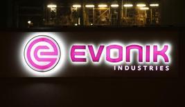 Le groupe chimique allemand Evonik est proche d'un accord pour le rachat de l'unité de silice de J.M. Huber pour 630 millions de dollars. /Photo d'archives/REUTERS/Fabrizio Bensch