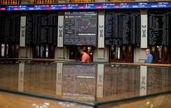 El Ibex-35 terminó con ligeras ganancias el viernes, poniendo la guinda final a una semana de cinco alzas consecutivas, gracias a la firmeza de los valores relacionados con el consumo, el turismo y la electricidad, mientras que la banca y las compañías expuestas a las materias primas sucumbieron el viernes a las realizaciones de beneficio. En la imagen, pantallas electrónicas en la Bolsa de Madrid, España, el 24 de junio de 2016.  REUTERS/Andrea Comas