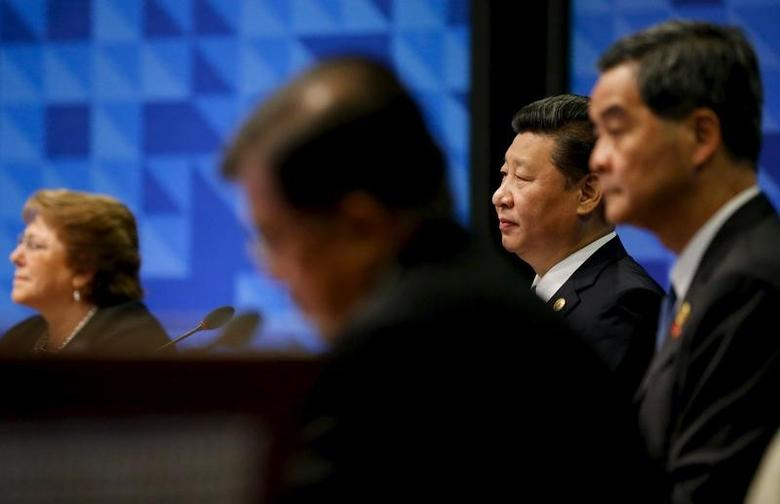 China's President Xi Jinping (2nd R), seated near Chile's President Michelle Bachelet (L) and Hong Kong's chief executive CY Leung (R), participates in the APEC Summit retreat session on regional economic integration in Manila, Philippines, November 19, 2015. REUTERS/Jonathan Ernst