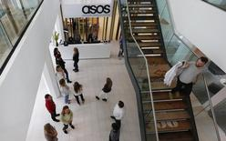 Сотрудники в офисе ASOS в Лондоне 1 апреля 2014 года. Британский интернет-магазин одежды и обуви ASOS планирует увеличить число сотрудников в лондонском головном офисе на 1.500, объявив о новых инвестициях в Великобританию вопреки решению страны выйти из ЕС. REUTERS/Suzanne Plunkett