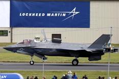 """Le F-35B de Lockheed Martin. """"Le programme et le coût du F-35 sont hors de contrôle"""", lit-on sur le compte Twitter de Donald Trump qui a dénoncé lundi les coûts du programme de l'avion de combat F-35 de Lockheed Martin et promis de s'attaquer au problème dès son entrée en fonction. /Photo d'archives/REUTERS/Peter Nicholls"""