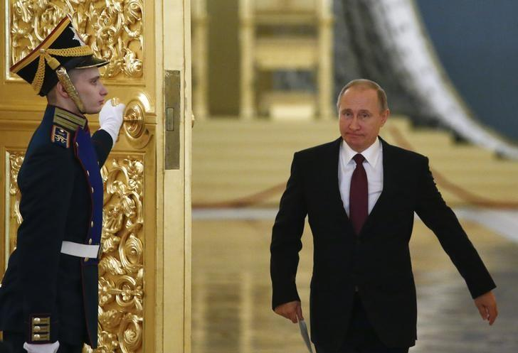 Russia's President Vladimir Putin walks past an honour guard as he attends a session of the Council for Civil Society and Human Rights at the Kremlin in Moscow, Russia, December 8, 2016. REUTERS/Sergei Karpukhin