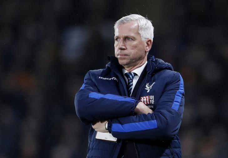 Football Soccer Britain - Hull City v Crystal Palace - Premier League - The Kingston Communications Stadium - 10/12/16 Crystal Palace manager Alan Pardew looks dejected  Action Images via Reuters / Lee Smith/ Livepic/ Files