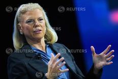 La presidenta ejecutiva de IBM, Ginni Rometty, prometió contratar y formar trabajadores en Estados Unidos antes de una reunión del miércoles entre ejecutivos de empresas tecnológicas y el presidente electo de Estados Unidos Donald Trump. En la foto, Ginni Rometty wen jna conferencia en Laguna Beach, California, el 26 de octubre de 2016. REUTERS/Mike Blake