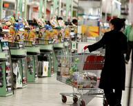 Les prix à la consommation ont bien stagné en novembre en France par rapport au mois précédent, le recul des prix des services  et des produits manufacturés ayant compensé le léger rebond des prix alimentaires et la moindre hausse des prix de l'énergie, indique mercredi l'Insee, confirmant l'estimation provisoire publiée à la fin du mois dernier. /Photo d'archives/REUTERS