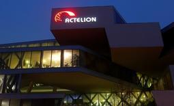 Las bolsas europeas bajaban el miércoles desde máximos de 11 meses, con la suiza Actelion en Suiza desplomándose después de que Johnson & Johnson pusiera fin a las negociaciones sobre un posible acuerdo con la mayor firma biotecnológica de Europa. En la imagen, el logo de la compañía en su sede en  Allschwil, Suiza, el  6 de diciembre de 2016.  Reuters / Arnd Wiegmann