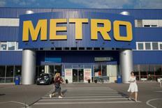 Un magasin Metro à Kiev, en Ukraine. Le distributeur allemand a annoncé mercredi des résultats trimestriels meilleurs que prévu, tant au niveau du groupe que des deux filiales qu'il compte scinder l'an prochain, ce qui se traduit par une forte hausse de l'action en Bourse de Francfort. /Photo d'archives/REUTERS/Valentyn Ogirenko