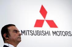 Carlos Ghosn, PDG de Nissan Motor et de Renault, devrait percevoir un troisième salaire, Mitsubishi Motors, contrôlé par Nissan, ayant approuvé mercredi sa nomination à la présidence d'un conseil d'administration dont les membres verront leurs émoluments triplés. /Photo prise le 20 octobre 2016/REUTERS/Issei Kato