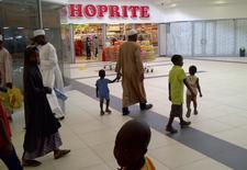 Un supermarché Shoprite dans la ville de Kano, au nord du Nigeria. Le groupe sud-africain d'ameublement Steinhoff et son compatriote Shoprite, spécialisé dans la distribution alimentaire, ont annoncé mercredi être en négociations en vue d'une fusion. /Photo d'archives/REUTERS/Pascal Fletcher