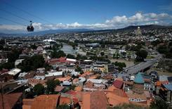 Вид на Тбилиси 8 июня 2016 года. Правительство Грузии снизило прогноз экономического роста на 2016 год до 2,7 процента с 3,0 процентов в проекте изменений в бюджете, направленном на рассмотрение парламента. REUTERS/David Mdzinarishvili