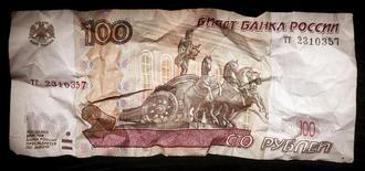 Мятая рублевая купюра в Москве 11 января 2016 года. Федеральный бюджет России в январе-ноябре 2016 года был исполнен с дефицитом 1,788 триллиона рублей, или 2,4 процента ВВП, сообщил Минфин. REUTERS/Maxim Zmeyev