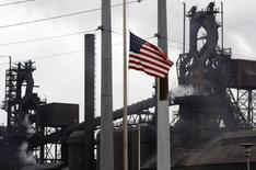 La production industrielle a baissé de 0,4% aux Etats-Unis en novembre, a annoncé mercredi la Réserve fédérale, un recul plus marqué qu'anticipé qui s'explique par une forte diminution de l'activité des services aux collectivités et par un accès de faiblesse du secteur manufacturier. /Photo d'archives/REUTERS/Gary Cameron