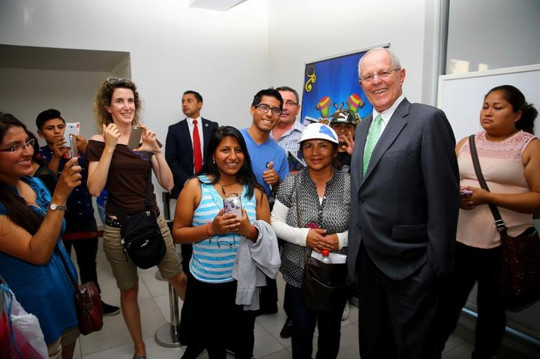Peruvian President Pedro Pablo Kuczynski poses for a picture during a meeting with members of the Peruvian community in Santiago during Kuczynski's two days official visit to Chile.  REUTERS/Luis Guillen /Courtesy of Peruvian Presidency/Handout via Reuters
