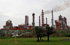 НПЗ Essar Oil в Вадинаре, Индия. Цены на нефть стабилизировались в четверг благодаря ожиданию роста спроса на рынке в 2017 году из-за планируемого сокращения добычи странами ОПЕК и Россией. Ранее в среду цены снизились после решения Федрезерва США поднять диапазон ключевой ставки, что заставило инвесторов отойти от сырьевого сектора.  REUTERS/Amit Dave/File Photo