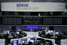 """Трейдеры на торгах фондовой биржи во Франкфурте-на-Майне 14 декабря 2016 года. Европейские акции немного выросли в четверг благодаря подъёму """"голубых фишек"""" и акций глобальных банков после повышения диапазона ставки ФРС накануне, а благодаря активным корпоративным сделкам оптимизм в конце года сохранялся. REUTERS/Staff/Remote"""