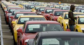 Рабочие General Motors готовят к отправке новые Chevrolet Camaro. Акции американских General Motors Co и Ford Motor Co упали в среду после того, как китайский чиновник предупредил, что власти страны могут оштрафовать неназванного автопроизводителя из США за монополистическое поведение.  REUTERS/Fred Thornhill/File Photo