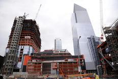Un chantier de construction dans la zone Ouest de Manhattan, à New York. La confiance des professionnels du marché de la construction immobilière a fortement progressé en décembre pour revenir à son meilleur niveau depuis 11 ans et demi, montre jeudi l'enquête mensuelle de la fédération professionnelle NAHB. /Photo prise le 21 novembre 2016/REUTERS/Shannon Stapleton