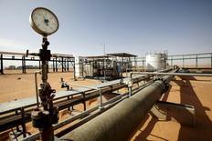 Una facción militar en Libia reabrió un oleoducto que conduce desde los principales yacimientos petrolíferos de Sharara y El Feel en el oeste después de bloquearlo durante dos años, dijo el jueves un portavoz del grupo. En la imagen, una vista general del yacimiento de El Sharara, Libia, 3 de diciembre de 2014. REUTERS/Ismail Zitouny/File Photo