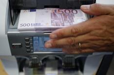 Les banques européennes ont annoncé moins de suppressions de postes en 2016 et cherchent désormais dans quels secteurs elles pourraient réduire leurs effectifs sans peser sur leurs activités rentables. Après des vagues de licenciements ces dernières années, les spécialistes du secteur voient même les banques embaucher - modestement - en 2017. /Photo d'archives/REUTERS/Pascal Lauener