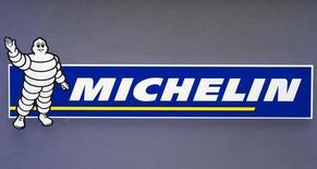 Michelin a fait état jeudi d'un bond du marché des pneumatiques de remplacement en Europe grâce à un rattrapage de la demande en pneus hiver en novembre, mois marqué par une chute des températures après un octobre particulièrement doux. /Photo d'archives/REUTERS/Charles Platiau