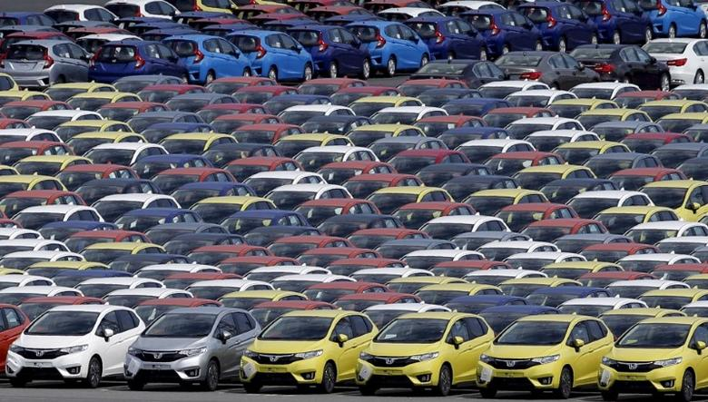 Newly manufactured cars of the automobile maker Honda await export at port in Yokohama, south of Tokyo June 23, 2015.  REUTERS/Toru Hanai/File Photo