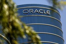 Oracle, qui est à suivre à Wall Street, a fait état jeudi soir d'une hausse moins marquée que prévu de son chiffre d'affaires trimestriel, les ventes réalisées en dehors des Etats-Unis par le spécialiste des logiciels pour entreprises ayant été affectées par la vigueur du dollar. Dans des échanges en avant-Bourse, le titre Oracle reculait de 1,8%. /Photo d'archives/REUTERS/Robert Galbraith