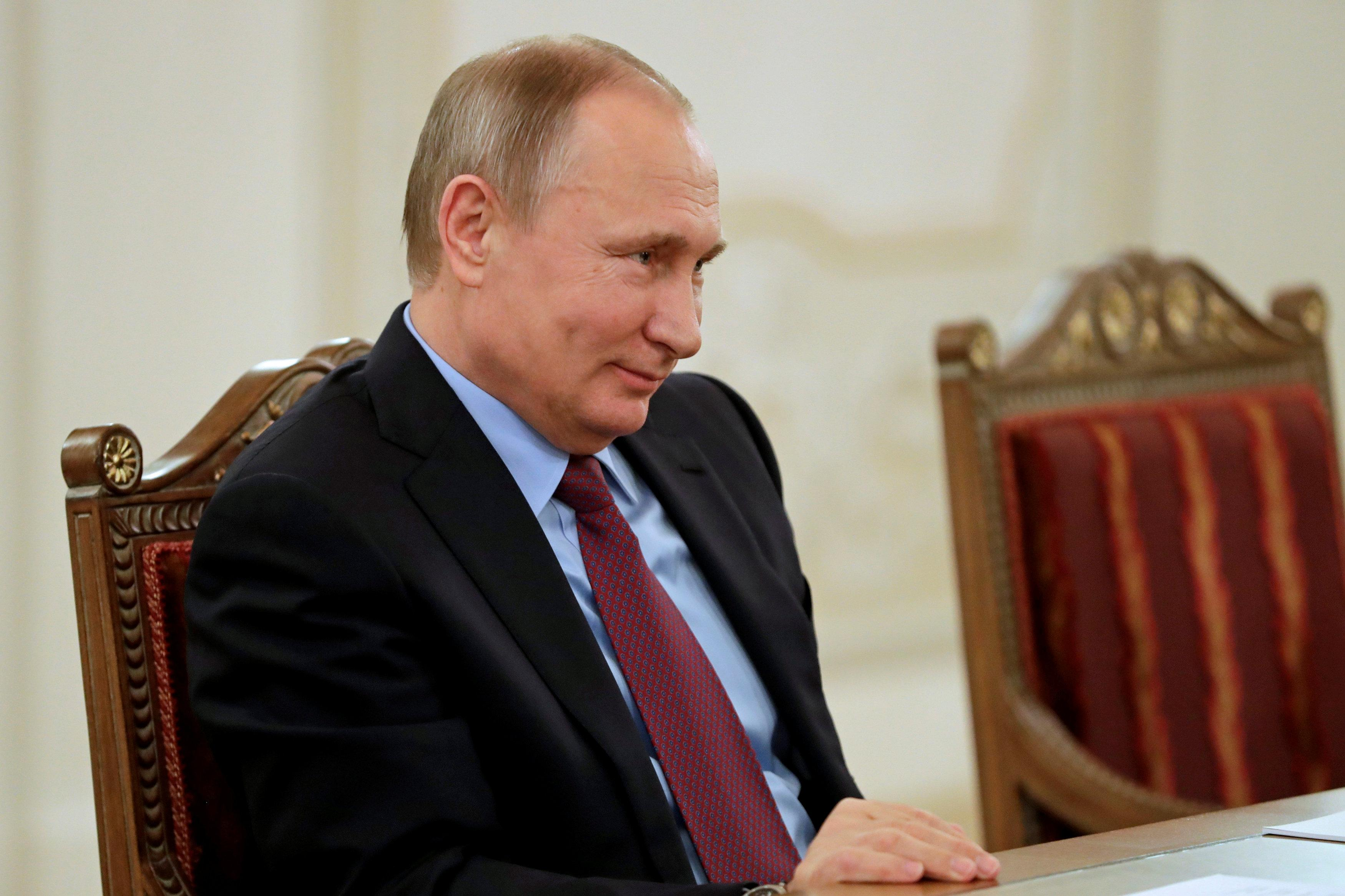 Obama Points Finger At Putin For Hacks During U S Election Reuters