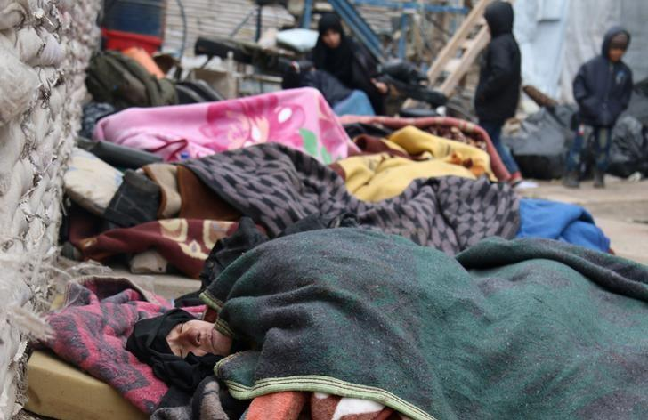 Sick people wait to be evacuated from a rebel-held sector of eastern Aleppo, Syria December 16, 2016. REUTERS/Abdalrhman Ismail