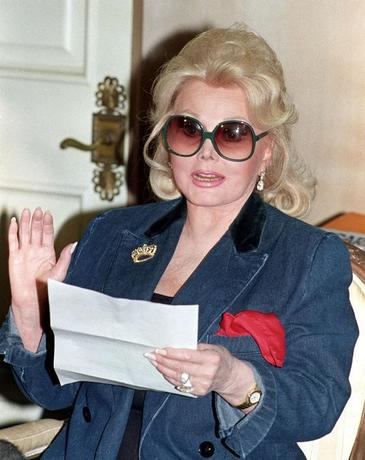 Actress Zsa Zsa Gabor reads a statement at her home in Beverly Hills, California, U.S. in this November 13, 1992 file photo. REUTERS/Fred Prouser/File Photo