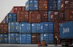 Un ouvrier dans un port de Tokyo. Les exportations japonaises ont reculé en novembre mais à un rythme moins élevé qu'attendu, favorisées par la baisse du yen et la reprise de la demande extérieure. /Photo d'archives/REUTERS/Toru Hanai