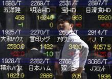 La Bourse de Tokyo a fini étale lundi, s'alignant sur la performance de Wall Street de vendredi et mettant un terme à un rally de neuf jours sur des prises de bénéfice qui ont touché des valeurs telles que les banques et les exportateurs. Au terme d'échanges sans densité, le Nikkei a perdu 0,03% à 19.394,38 points. /Photo d'archives/REUTERS/Yuya Shino