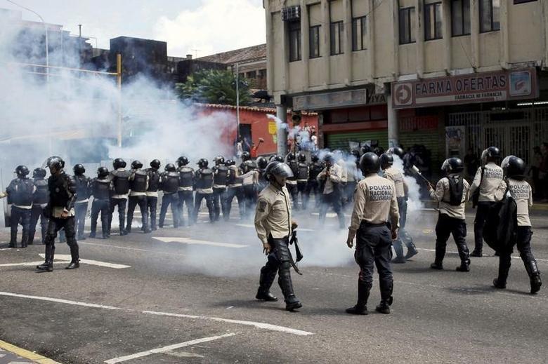 Riot police clash with protesters during a rally demanding a referendum to remove Venezuela's President Nicolas Maduro in San Cristobal, Venezuela November 3, 2016. REUTERS/Carlos Eduardo Ramirez